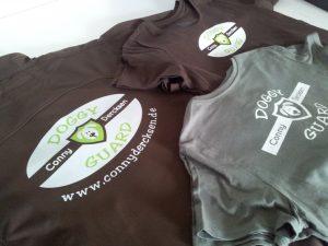 Flexdruck auf T-Shirts und einer Softshelljacke.